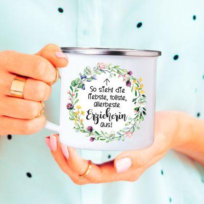 """Metalltasse im Emaille Look """"So sieht die liebste, tollste, allerbeste Erzieherin aus"""" - Design: Blumenkranz"""