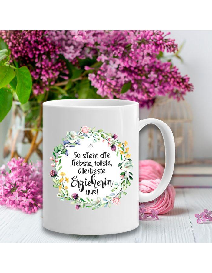 """Weiße Tasse """"So sieht die liebste, tollste, allerbeste Erzieherin aus"""" - Design: Blumenkranz"""